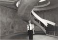 Bernard Zehrfuss dans l'entrée du musée