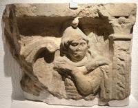 Fragment de sarcophage en pierre